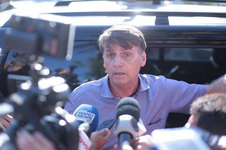 O presidente eleito, Jair Bolsonaro (PSL), fala com a imprensa na porta do condomínio onde mora, no Rio de Janeiro