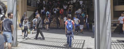 SAO PAULO, SP, BRASIL, 11-11-2018 - ENEM? Movimentação de estudantes durante horas que antecedem o inicio da prova do Enem 2018 em universidade da zona oeste de São Paulo, na manha deste domingo (11). (Foto: Taba Benedicto/Folhapress)