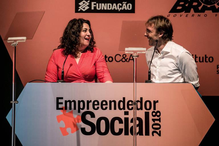 Roberta Faria e Rodrigo Pipponzi ao receber prêmio