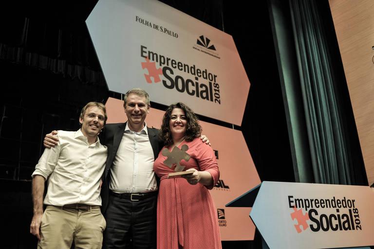 Roberta Faria e Rodrigo Pipponzi (à esq.) recebem troféu Escolha do Leitor de Rogério Biruel, diretor-executivo de Desenvolvimento Social da Fundação Banco do Brasil, patrocinadora exclusiva da categoria