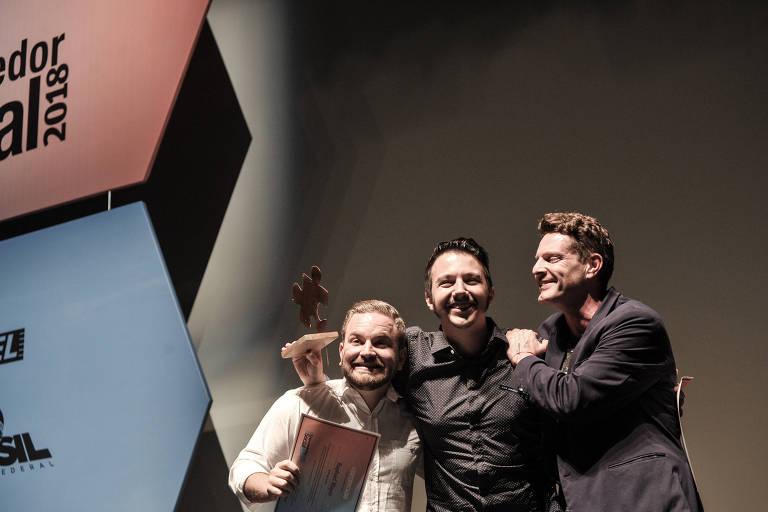Raphael Mayer (à esq.) e Mathieu Anduze (centro), fundadores da Simbiose Social, recebem o troféu do Prêmio Empreendedor Social de Futuro de David Hertz, integrante da Rede Folha que venceu a premiação em 2009