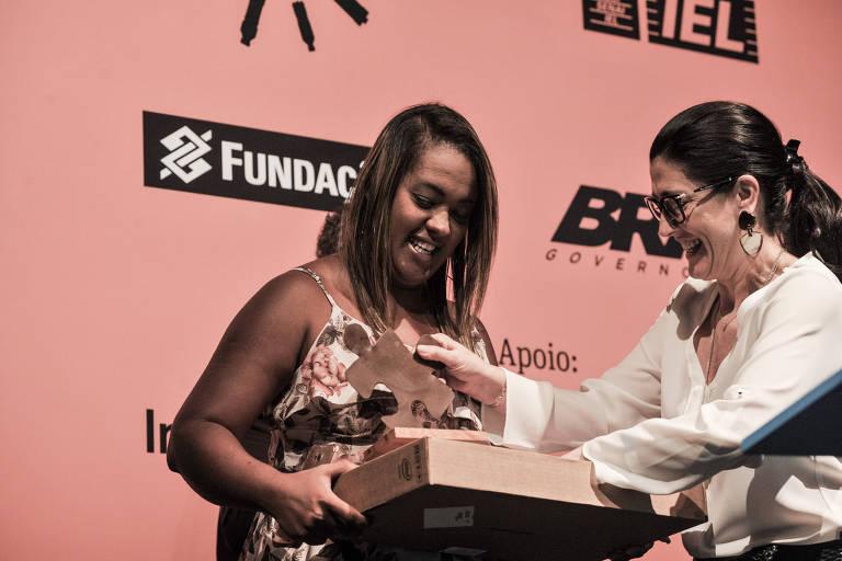 Germana Soares, fundadora da UMA (União de Mães de Anjos), recebe Troféu Grão entregue por Carola Monteiro de Barros Matarazzo, presidente do Movimento Bem Maior