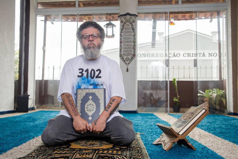 César Kaab Abdul na mesquita Sumayyah Bint Khayyat, em Embu das Artes (SP)