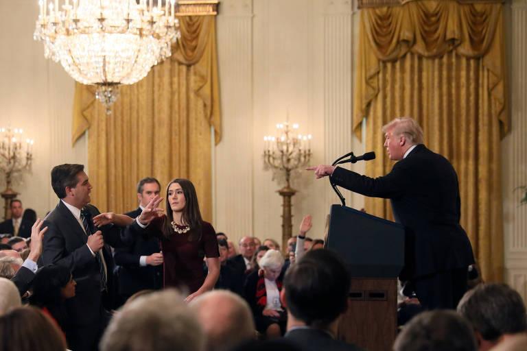 Momento em que uma auxiliar da Casa Branca tenta pegar o microfone de Jim Acosta enquanto ele debate com Donald Trump