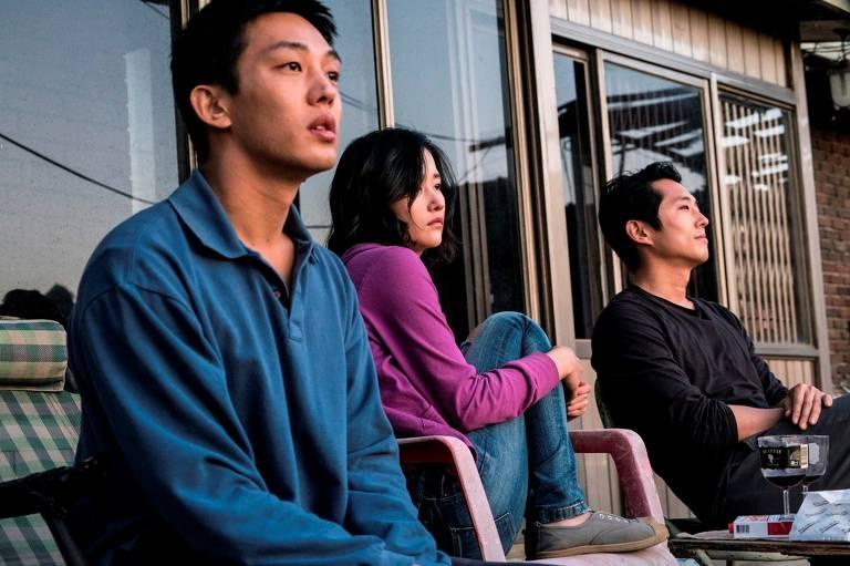 Jong-Su (Yoo Ah-in, à esquerda), Hae-Mi (Jeon Jong-seo) e Ben (Steven Yeun) formam triângulo amoroso na trama