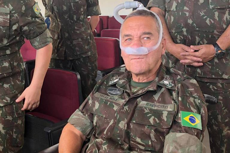 O general Eduardo Villas Bôas, comandante do Exército, durante entrevista à imprensa em Curitiba, após cerimônia de passagem de comando da 5ª Divisão do Exército