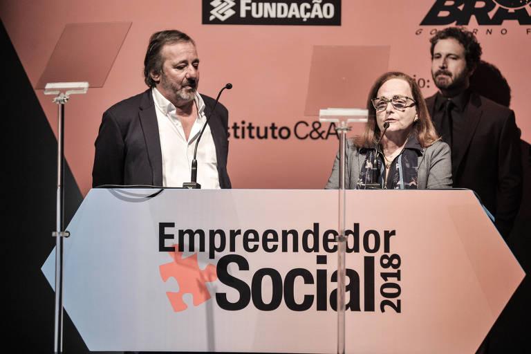 Os empreendedores sociais da Rede Folha Eugênio Scannavino e Suzana Pádua em homenagem a Roberto Kikawa durante a cerimônia do Prêmio Empreendedor Social