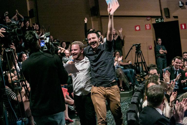 Raphael Mayer e Mathieu Anduze, fundadores da Simbiose Social, celebram após serem anunciados como vencedores do Prêmio Empreendedor Social de Futuro de 2018