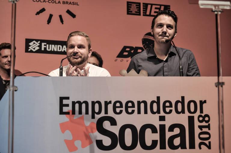 Raphael Mayer e Mathieu Anduze, fundadores da Simbiose Social, durante a cerimônia do Prêmio Empreendedor Social -