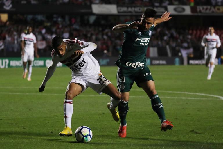 disputa a bola com Rojas durante jogo entre Palmeiras e São Paulo no  Morumbi - Paulo Whitaker Reuters 618232459d9b0