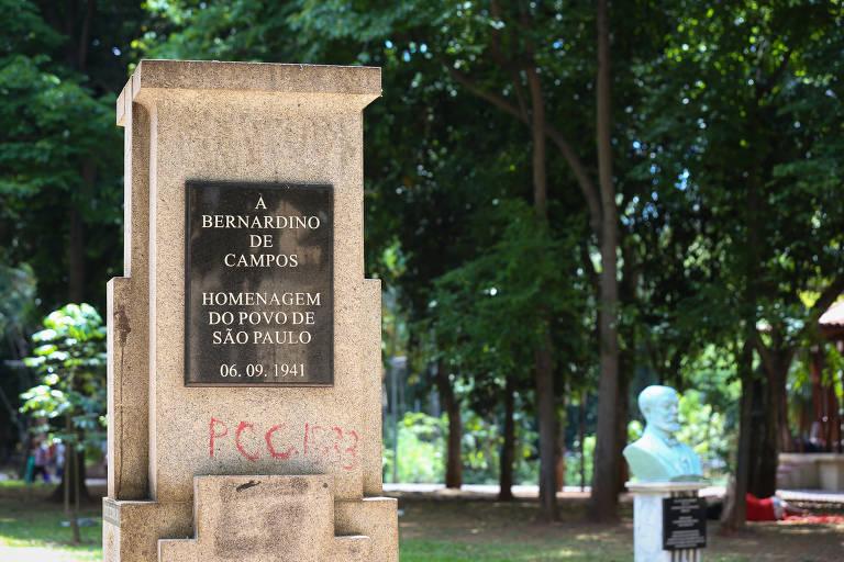"""Pedestal de granito com a inscrição """"A Bernadino de Campos, homenagem do povo de São Paulo"""""""