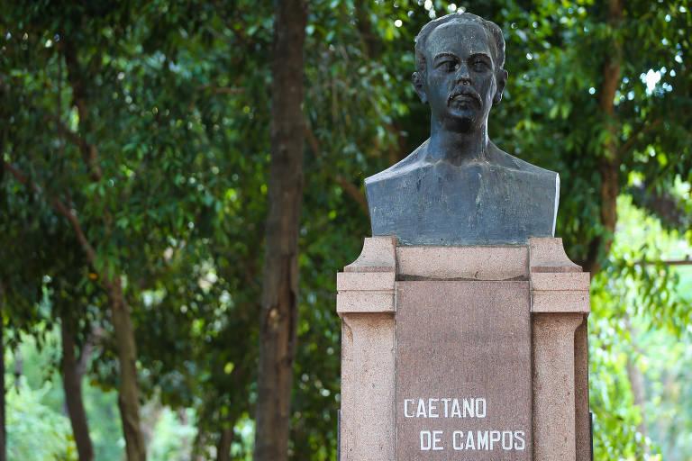 Imagem mostra busto do educador Caetano de Campos