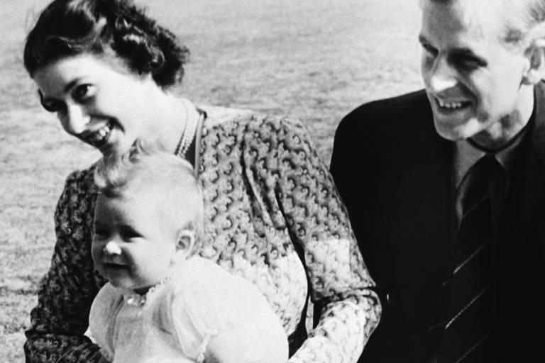 18 de julho de 1949: a então princesa Elizabeth com seu marido, Philip, quando George tinha oito meses de idade, na residência de verão da família em Ascot, na Inglaterra