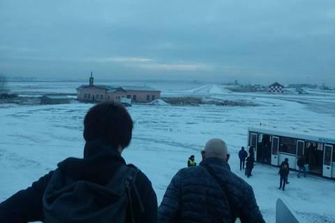 Passageiros no aeroporto de Irkutsk, na Sibéria, onde ficaram retidos por três dias após problemas em voo da Air France de Paris a Xangai
