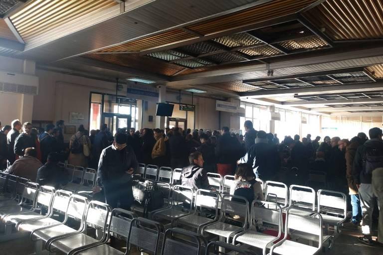 Grupo de passageiros aguarda em Irkutsk, na Sibéria, onde grupo de mais de 280 pessoas ficou retido após problemas em duas aeronaves da Air France, em meio à rota de Paris a Xangai
