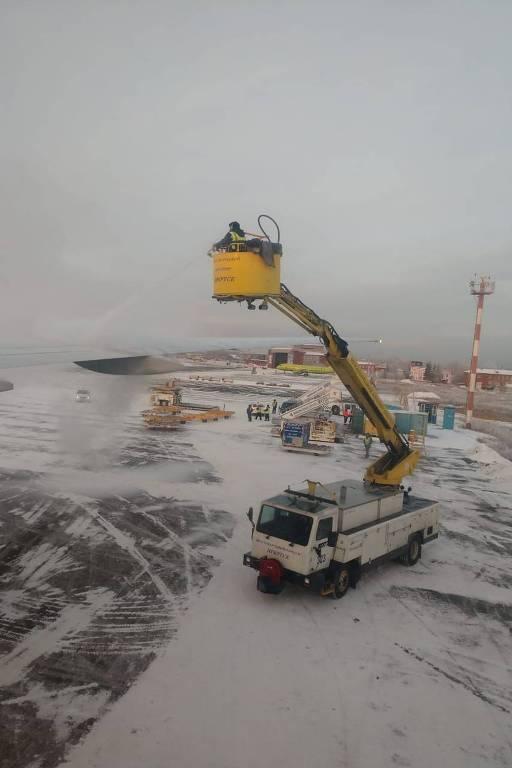 Equipe do aeroporto de Irkutsk, na Sibéria, onde grupo de mais de 280 pessoas ficou retido após problemas em duas aeronaves da Air France