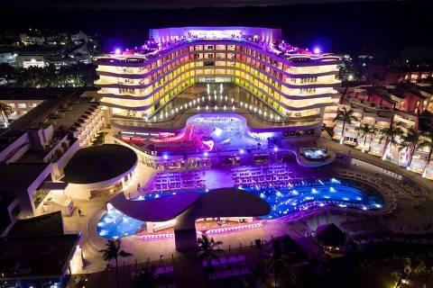Fachada do Temptation Resort, em Cancún, reformado sob a supervisão do designer egípcio Karim Rashid