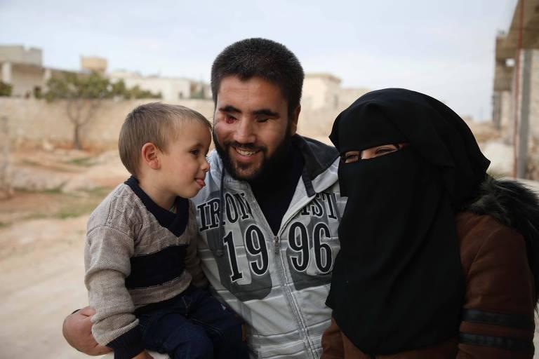 Ahmed Talha com a mulher, Samia, e o filho do casal; ele foi baleado em combate na guerra civil da Síria