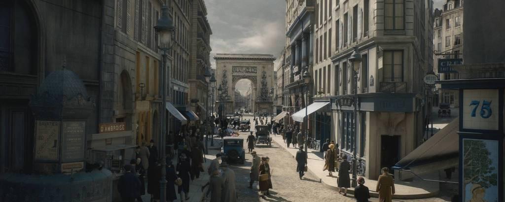 Cena do filme 'Animais Fantásticos: Os Crimes de Grindelwald' mostra rua de Paris movimentada, com o arco de Saint-Denis ao fundo