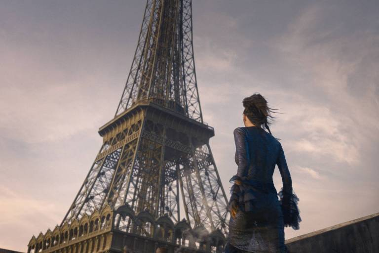 Cena do filme Animais Fantásticos mostra personagem (de costas para o espectador) em frente à Torre Eiffel