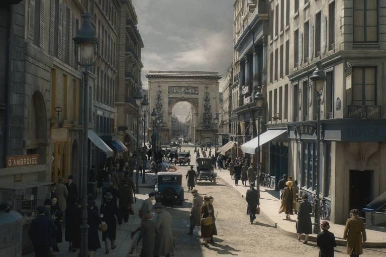 Cena do filme 'Animais Fantásticos' mostra rua movimentada de pedestres em Paris. Ao fundo, está o arco de Saint-Denis