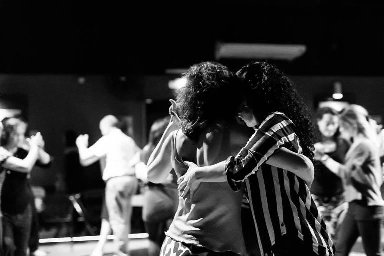 Duas mulheres dançam tango em baile