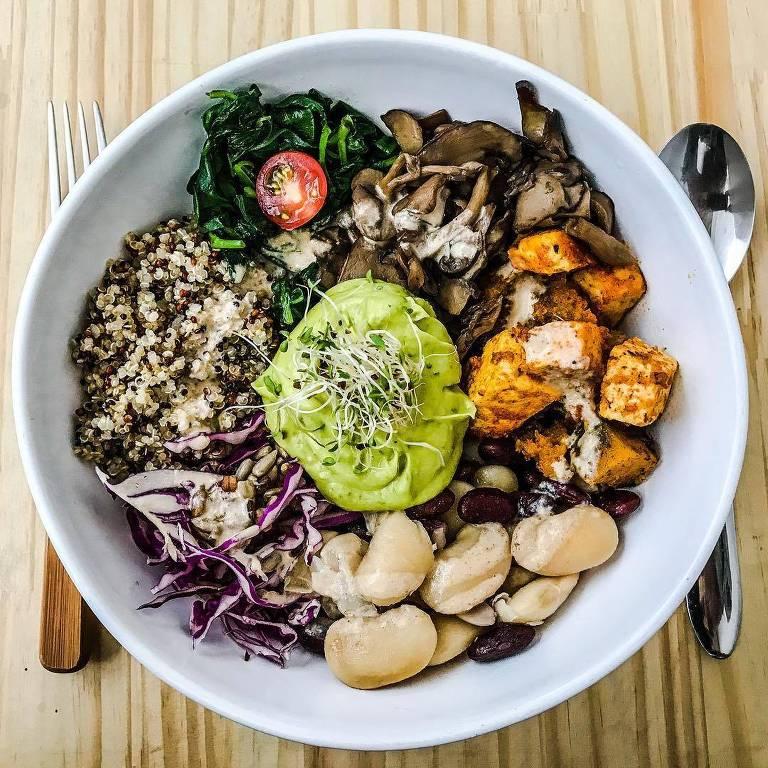 A Bali Bowl, do almoço do Purana, é uma superssalada com grãos, legumes refogados, cogumelos, tofu, abacate e molho de tahine
