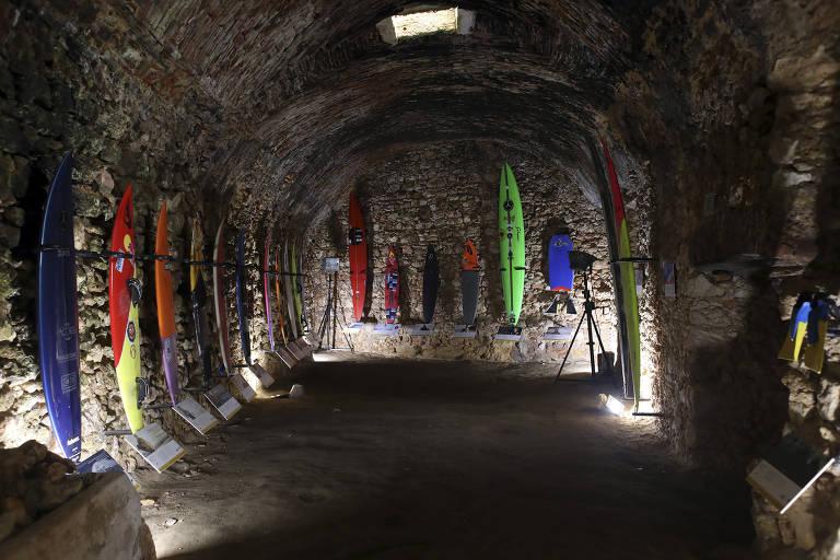 Pranchas de surfe penduradas dentro de um forte do século XVII em Nazaré.