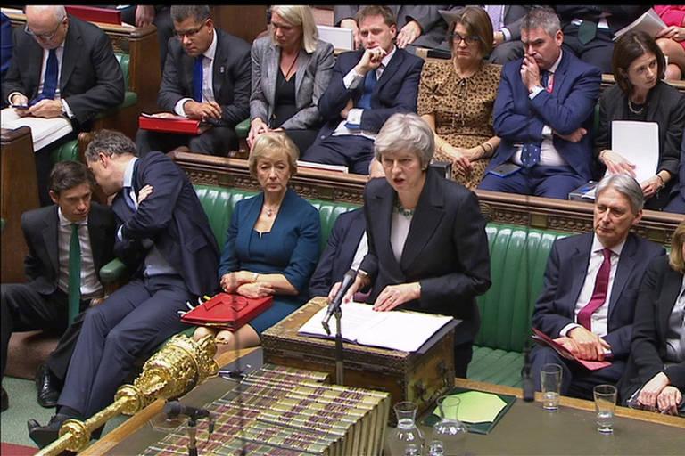 A primeira-ministra britânica, Theresa May, fala ao Parlamento nesta quinta-feira (15)