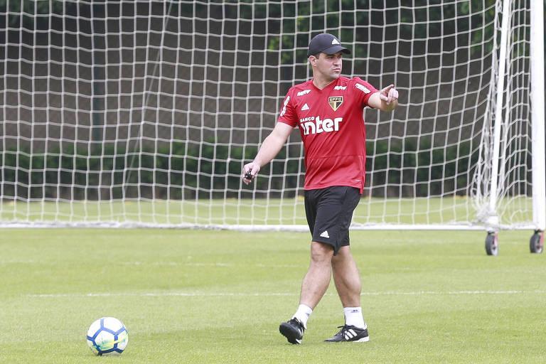 O técnico André Jardine, substituto de Diego Aguirre, comanda treino no São Paulo