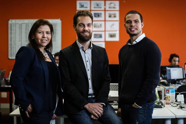 Milene Rosenthal, cofundadora da TelaVita, e os sócios, Andy Bookas (centro) e Lucas Arthur de Souza na empresa, em SP