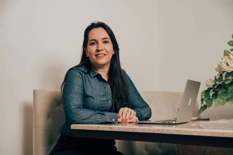 Flávia Pedroso, que fez teste de DNA para melhorar a alimentação, em seu apartamento em SP