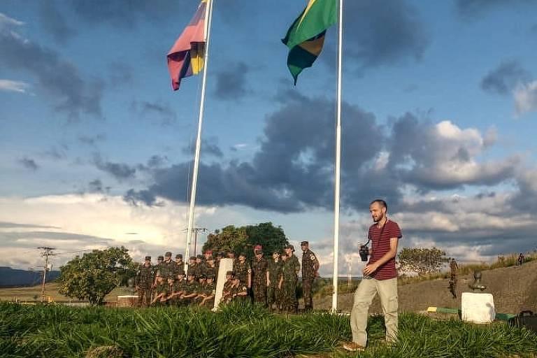 O jornalista Tiago Henrique da Silva na fronteira entre Brasil e Venezuela, onde fazia reportagem e foi detido