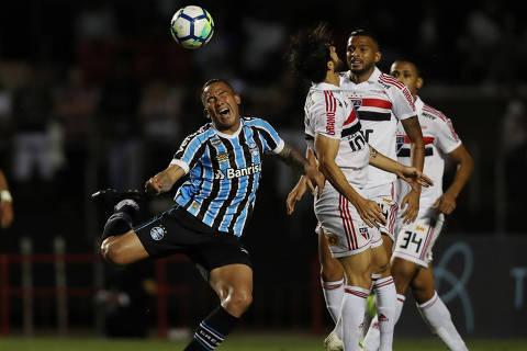 Soccer Football - Brasileiro Championship - Sao Paulo v Gremio - Morumbi Stadium, Sao Paulo, Brazil - November 15, 2018   Gremio's Jael in action with Sao Paulo's Hudson     REUTERS/Paulo Whitaker ORG XMIT: AI