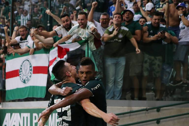 Borja abraça Willian na comemoração do gol do Palmeiras sobre o Fluminense, no Allianz Parque