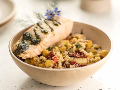 Bowl de couve-flor com grão-de-bico ao curry, pimentão assado, abóbora assada, avocado, tomate seco e molho balsâmico servido no Tess Kitchen