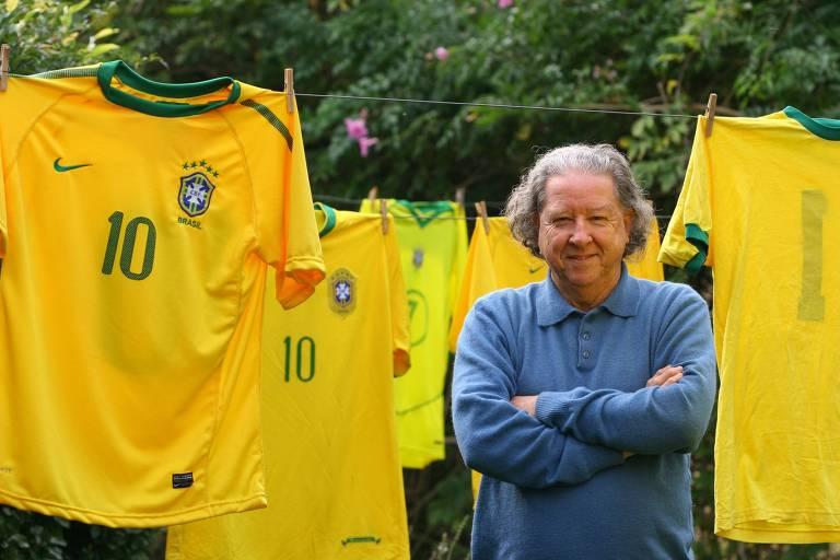Aldyr Schlee em meio a várias camisas amarelas da seleção brasileira, que ganharam essa cor graças ao gaúcho