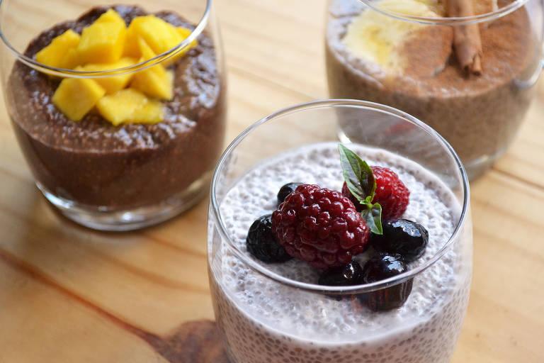 Pudim de chia feito com coco, frutas vermelhas, banana e chocolate