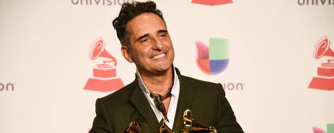 Uruguayan musician Jorge Drexler poses with his awards in the press room during the 19th Annual Latin Grammy Awards in Las Vegas, Nevada, on November 15, 2018. (Photo by Bridget Bennett / AFP)