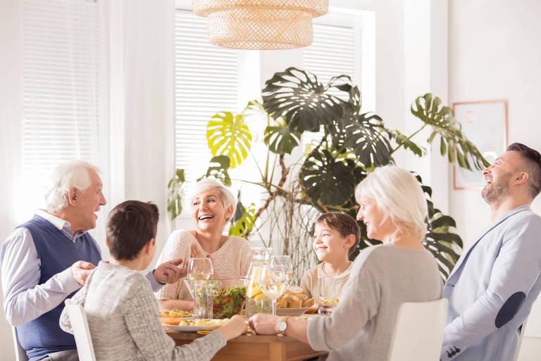 Família reunida durante café da tarde