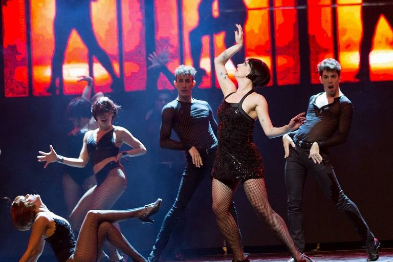 """Cena do musical """"Um Dia na Broadway"""", em que atriz interpreta a assassina Velma Kelly"""