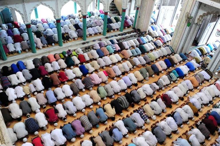 Muçulmanos participam de cerimônia religiosa em mesquita de Allahabad, uma das cidades que mudou de nome da Índia