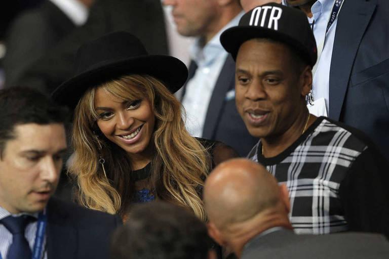 Beyonce e Jay Z nas arquibancadas do Parc des Princes para partida do PSG contra o Barcelona pela Champions League.
