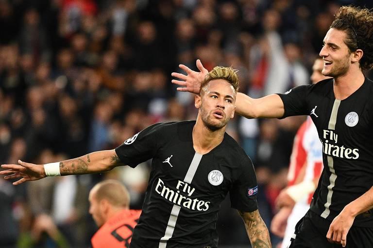 De braços abertos, Neymar comemora gol pela Champions League, competição que o PSG usa os uniformes desenhados pela Jordan.