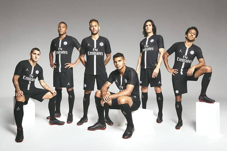 Jogadores do PSG posam com a nova camisa do clube para a Champions League, desenhada pela Jordan.