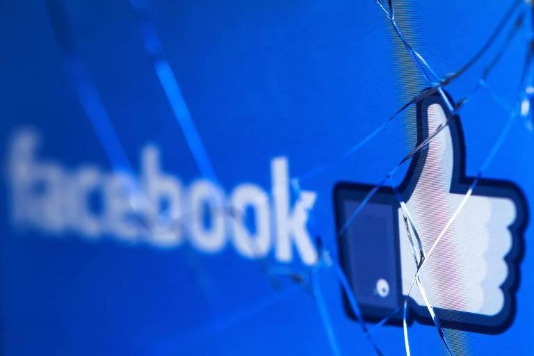 Símbolo do Facebook em tela quebrada