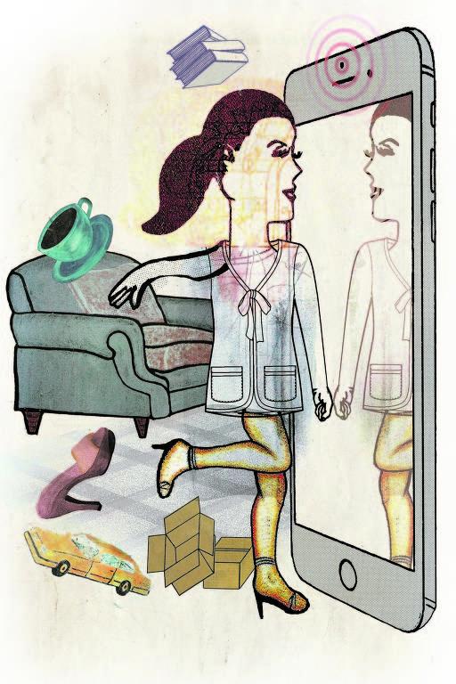 mulher se vê em espelho-celular