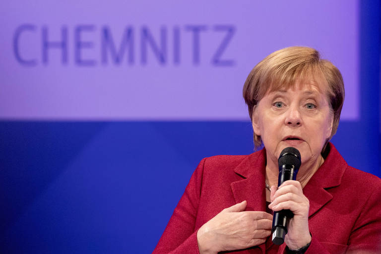 Chanceler alemã, Angela Merkel, responde perguntas eme evento no jornal de Chemnitz, cenário de protestos violentos da ultradireita