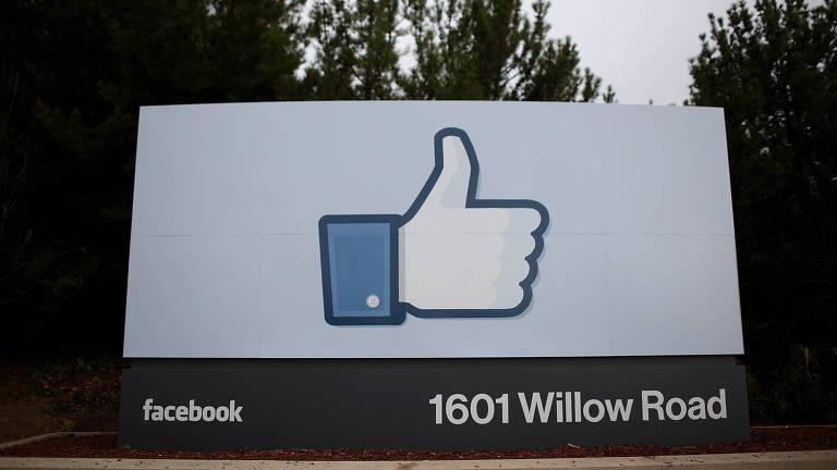 sinal de curtir em grande placa no escritório do Facebook