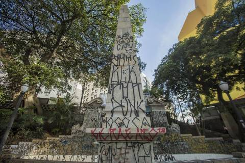 SÃO PAULO, SP, BRASIL. 14/11/2018. O largo da Memória, no centro de São Paulo, é um dos locais catalogados pelo projeto Cartografia Negra, que faz caminhada pelo Centro de SP mostrando pontos históricos do povo negro. A caminhada foi batizada 'Volta Negra'. . (Foto: Jardiel Carvalho/Folhapress) ***EXCLUSIVO FOLHA